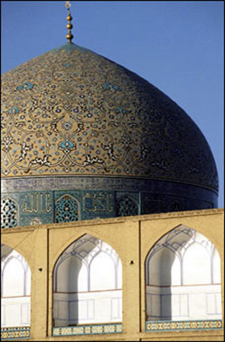 A photo of the Shaykh Lutfallah Mosque in Isfahan, Iran.